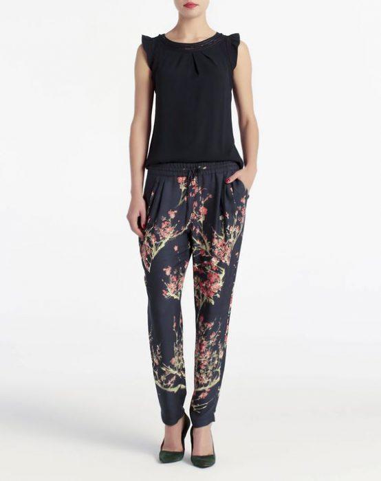 pantalon tipo pijama floreado look casual