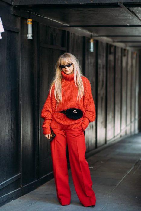 pantalon y sweater rojo