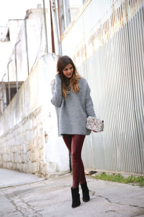 sweatter largo gris y pantalon de cuero bordo