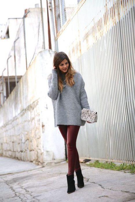 sweatter largo gris y pantalon de cuero bordo