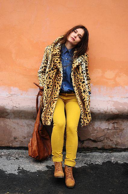 tapado de leopardo con pantalon amarillo mostaza