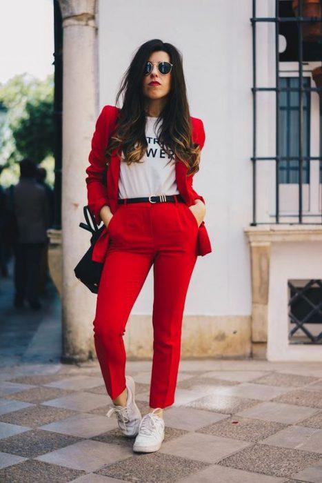 traje rojo con zapatillas