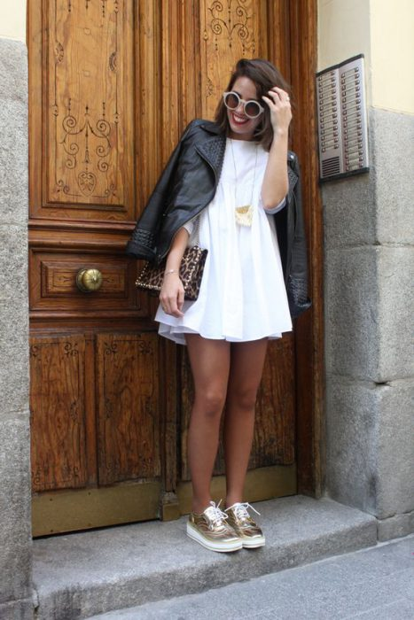 campera de cuero con vestido blanco