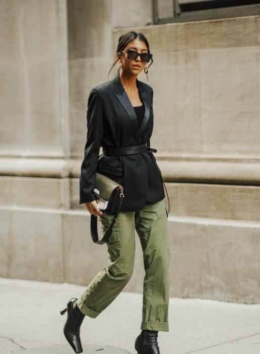 look urbano con pantalon cargo verde