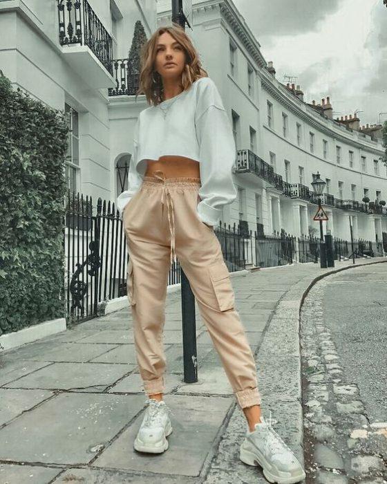 outfit con pantalon cargo beige