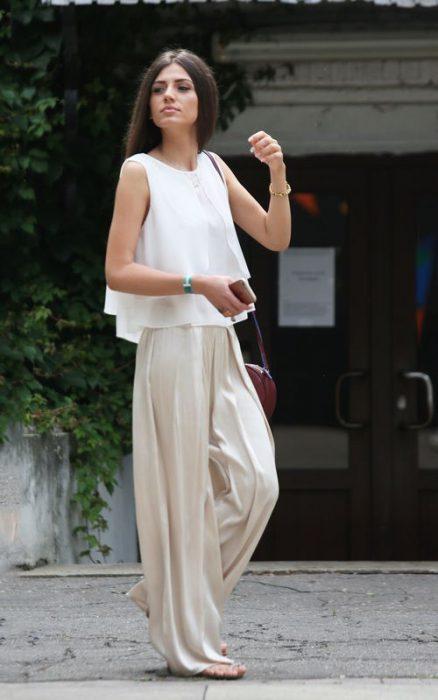 palazzo crudo y blusa blanca