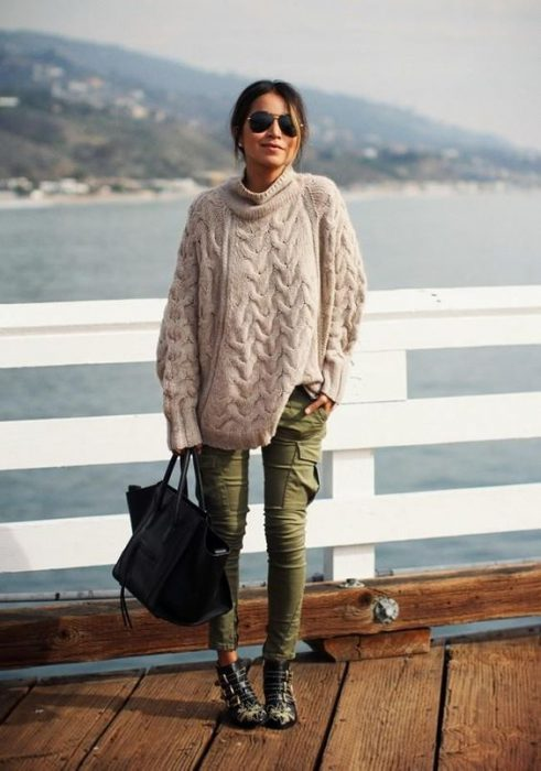 pantalon cargo chupin y sweater holgado