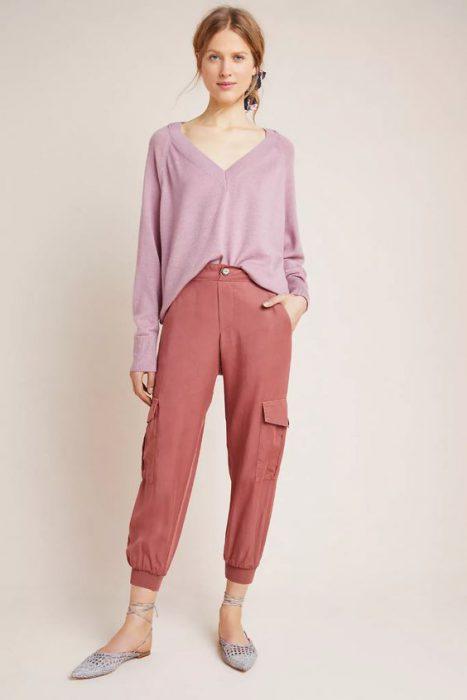 pantalon cargo con blusa amplia