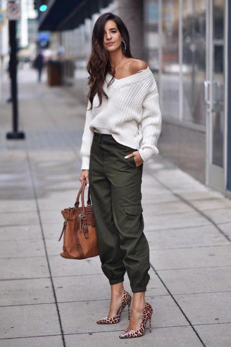 pantalon cargo con sweater