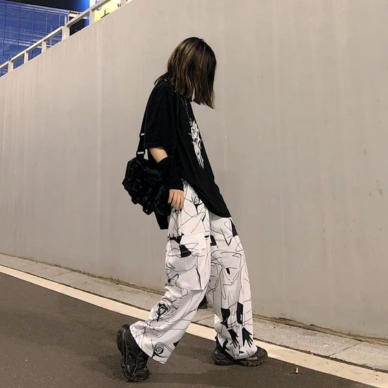 pantalon cargo estampado con remera larga