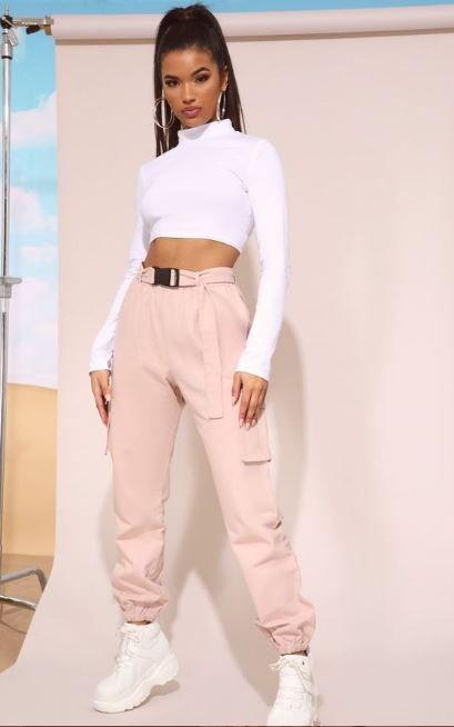 pantalon cargo rosa con top