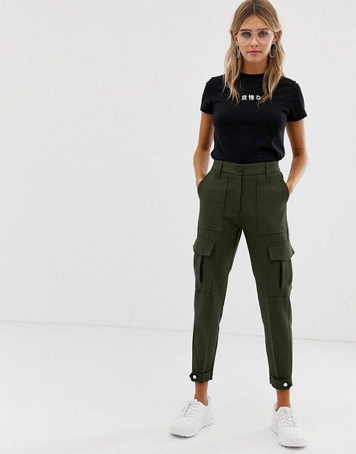 pantalon cargo verde y remera basica