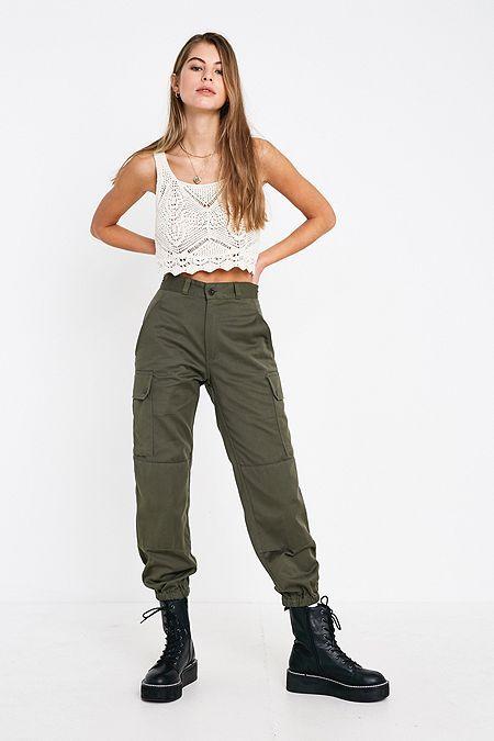 pantalon cargo verde y top blanco