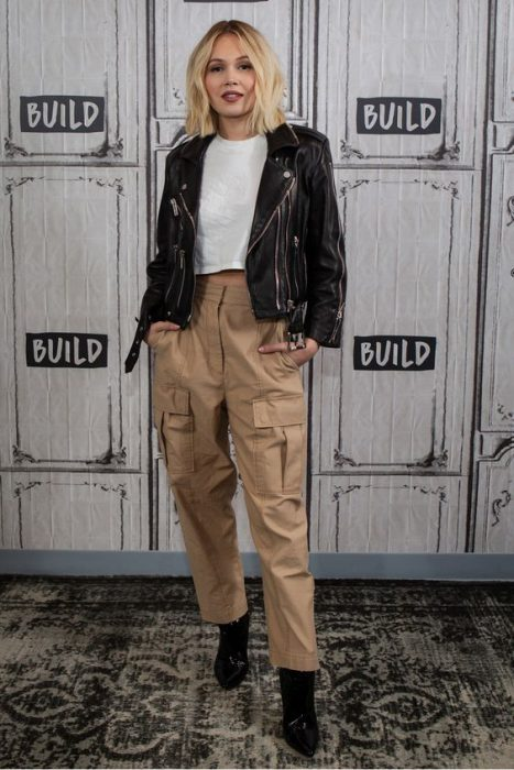 pantalon cargo y chaqueta de jeans