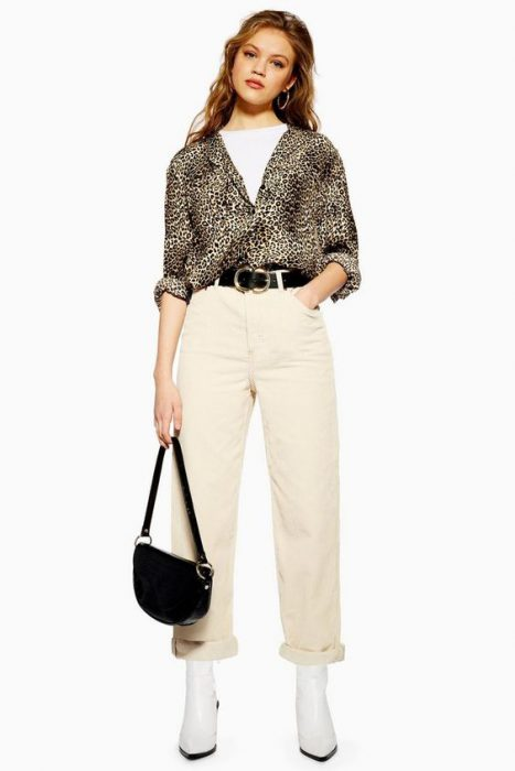 pantalon crema con camisa animal print