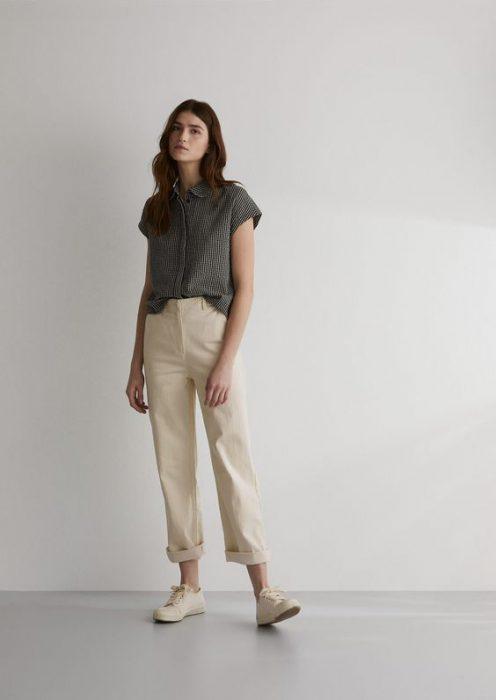 pantalon crema con camisa gris