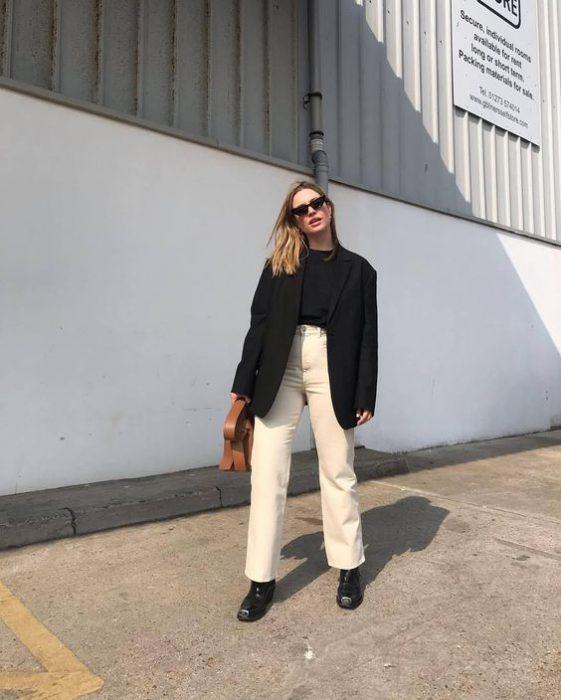 pantalon crudo con blazer negro