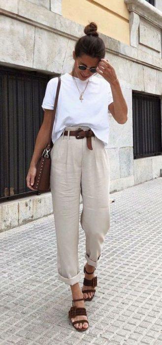 pantalon crudo con remera blanca