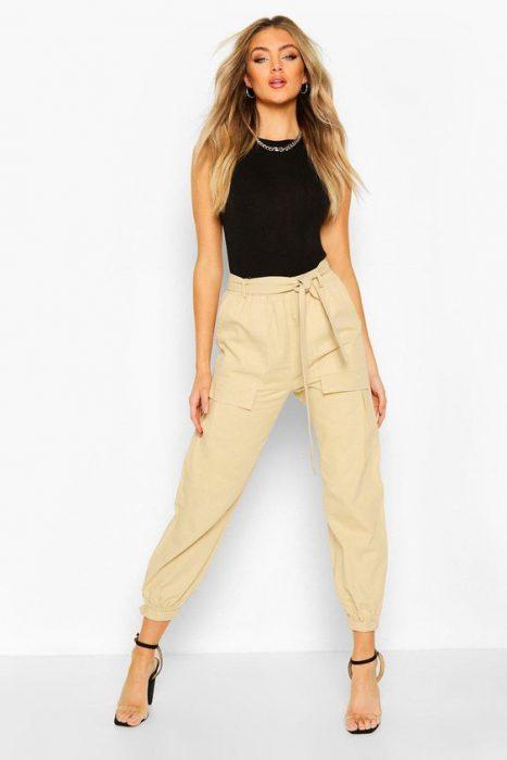 pantalon de lino cargo con top negro
