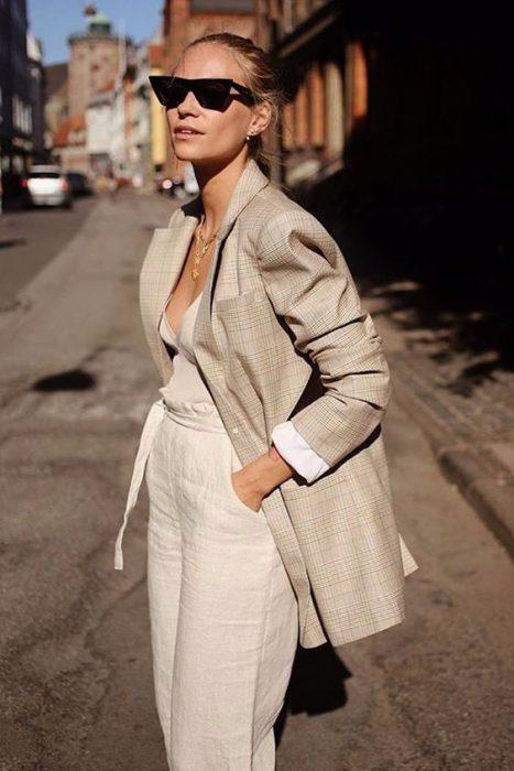 pantalon de lino crudo con blazer beige a cuadro