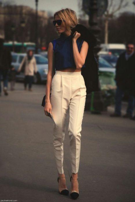 pantalon plisado tiro alto con top azul