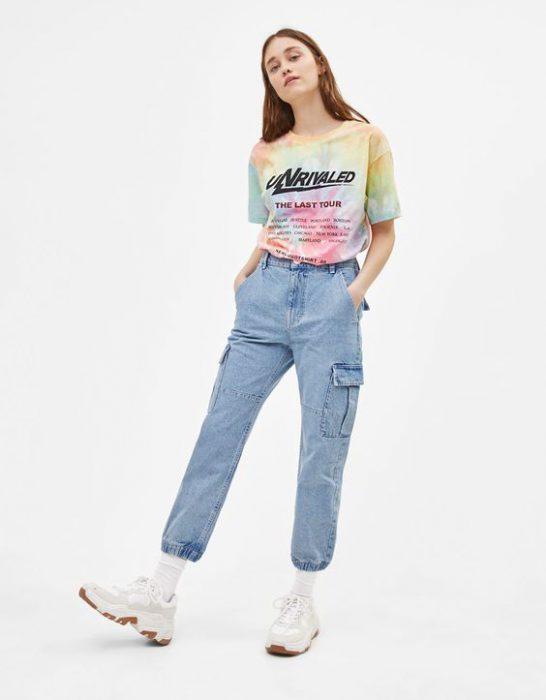 remera y pantalon cargo de jeans