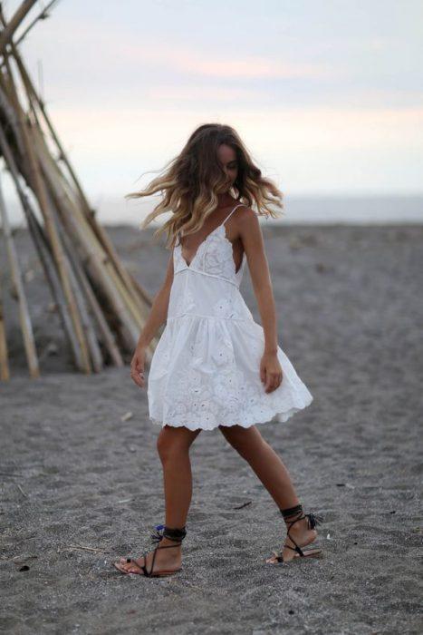 vestido blanco casual con sandalias gladiador