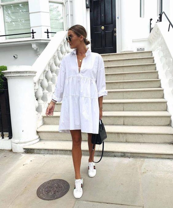 vestido blanco casual con zapatillas