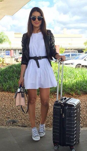 vestido blanco y campera de cuero