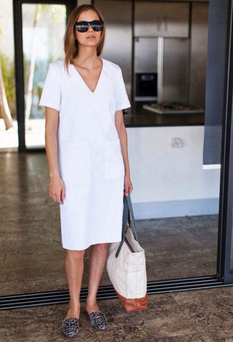 vestido blanco y zapatos planos