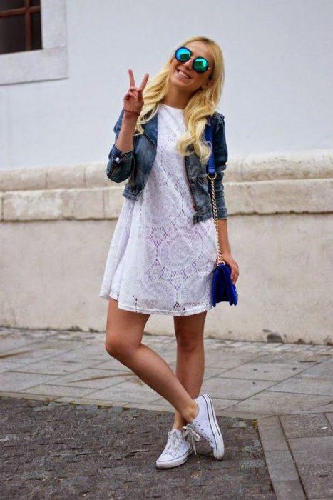 vestido broderie blanco y chaqueta jeans