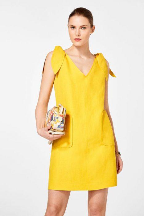 vestido de lino amarillo para una cena
