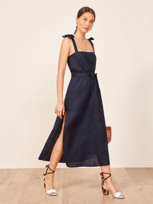 vestido de lino azul para una cena