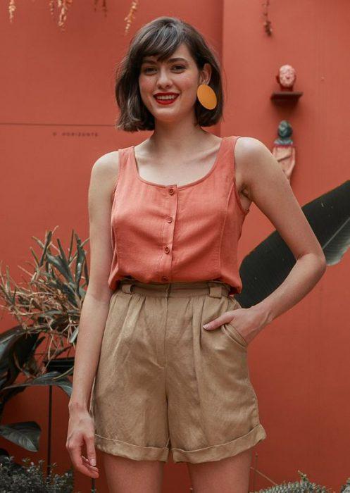 bermuda beige con blusa terracota
