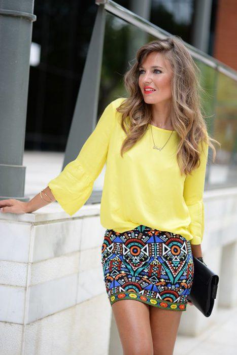 blusa amarilla con falda colorida
