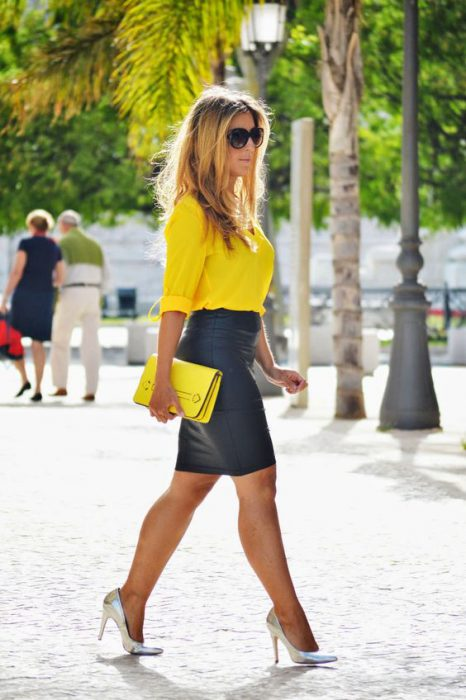 blusa amarilla con falda engomada negra