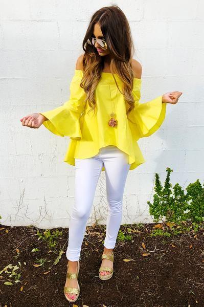 blusa amarilla mangas acampandas y chupin blanco
