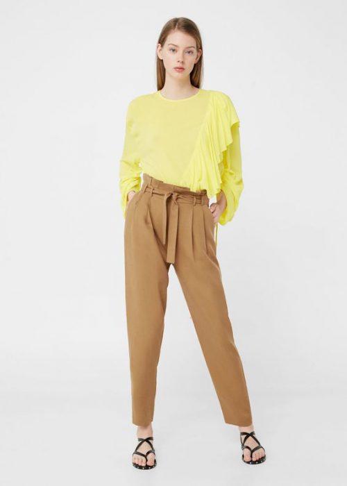 blusa amarilla mangas largas y pantalon camel