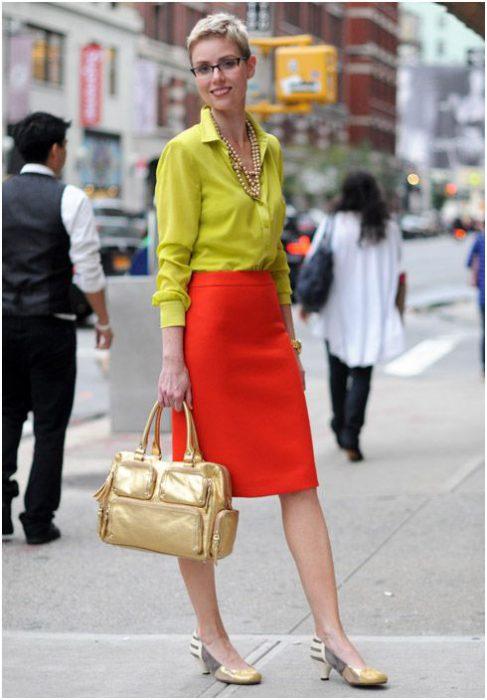 blusa amarilla y falda tubo naranja