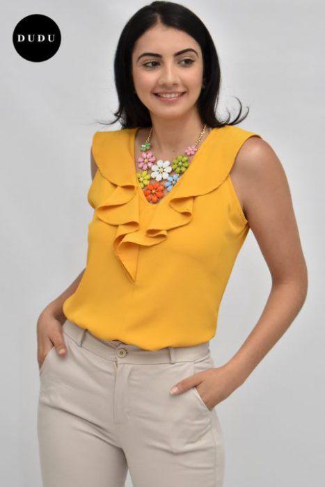 blusa amarilla y pantalon beige