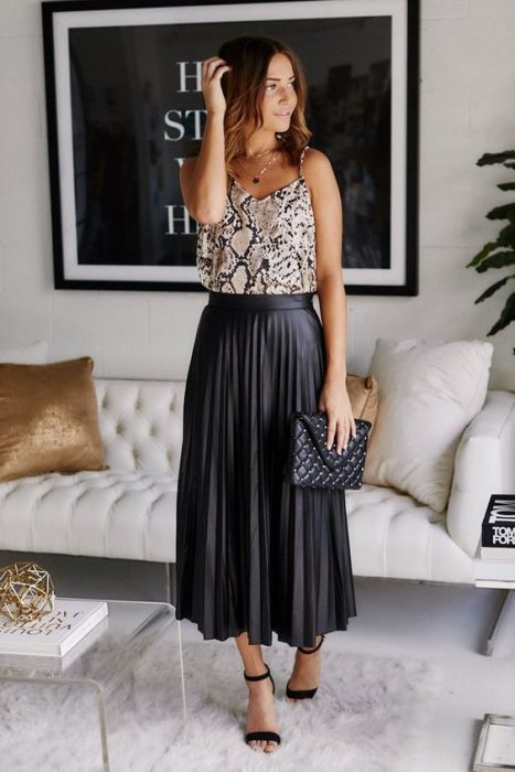 blusa animal print y falda plisada negra