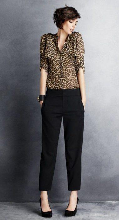 blusa animal print y pantalon de vestir negro