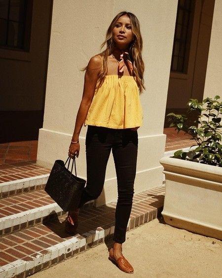 blusa casual amarilla con jeans negro
