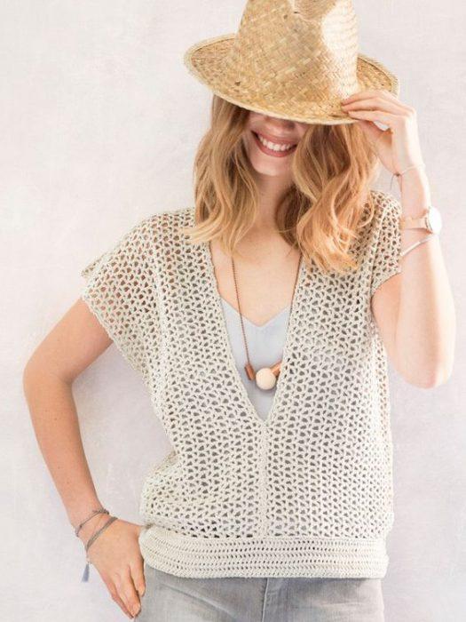 blusa con escote tejida a crochet