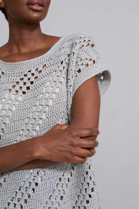 blusa con mangas tejidas a crochet estilo moderno