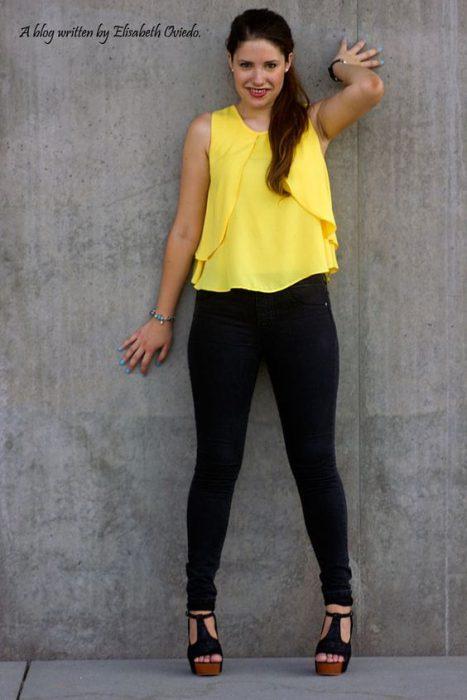 blusa de gasa musculosa con jeans negro