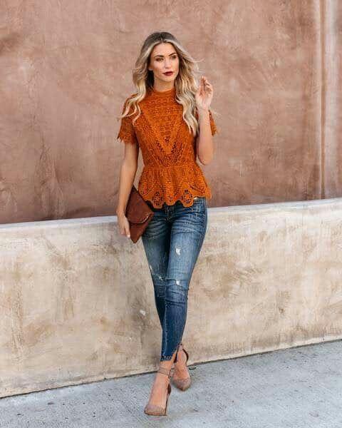 blusa encaje ladrillo con jeans