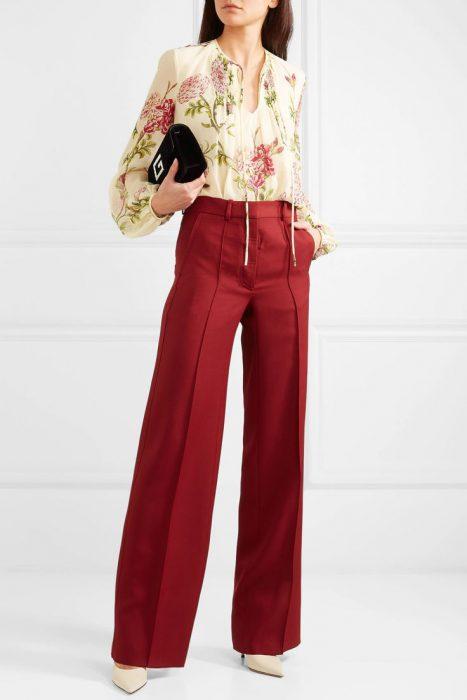 blusa floreada con estilo ejecutivo