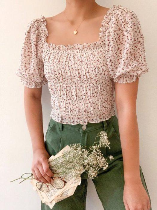 blusa floreada con estilo romantico informal