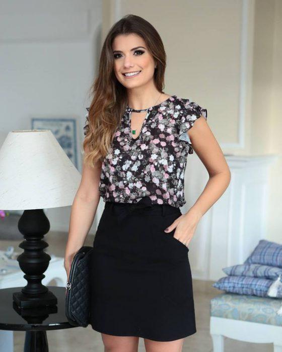 blusa floreada con falda negra